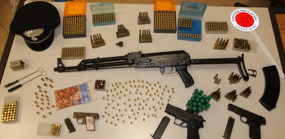"""Kalashnikov e pistole, carabinieri di Caltanissetta sequestrano vasto arsenale. Arrestato il """"custode"""", si indaga all'estero"""