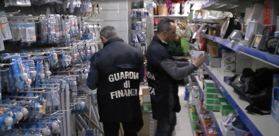 Luminarie natalizie fuorilegge. A Caltanissetta blitz della Finanza in un bazar cinese, sequestrati 530 prodotti