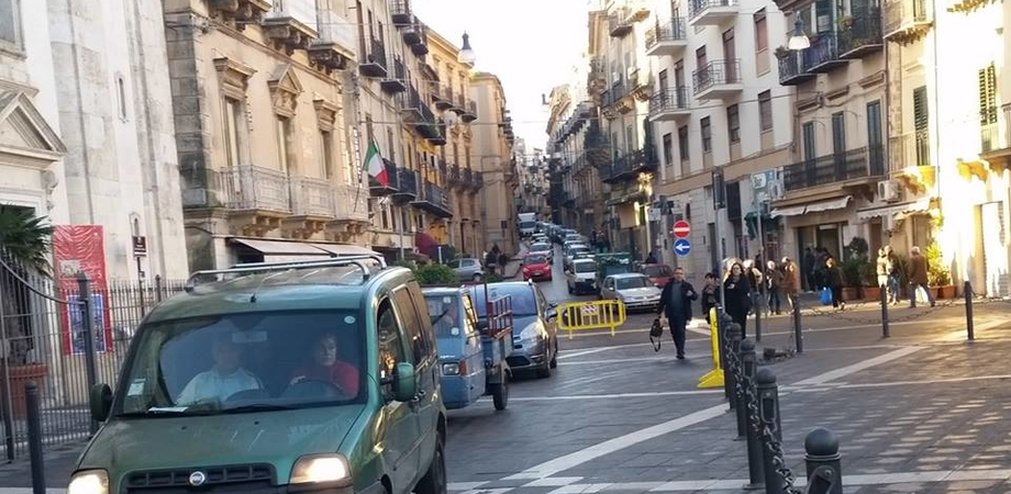 """Viabilità in centro storico, si ricambia. Ok alle auto davanti la Cattedrale, ritorna la """"scinnuta di li scarpari"""""""