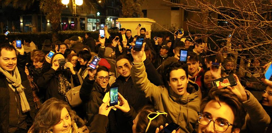 """Unioni civili, suona la sveglia anche a Caltanissetta. Tanti al flash-mob: """"Stessi diritti per le coppie omosessuali"""""""