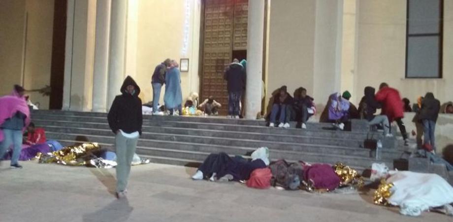 """""""Non prendeteci le impronte"""". Protesta a Lampedusa, centinaia di migranti dormono all'addiaccio"""