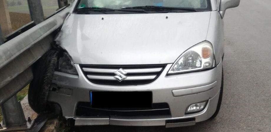 Incidente sulla A19. Asfalto viscido, auto si schianta contro guardrail: illeso il conducente