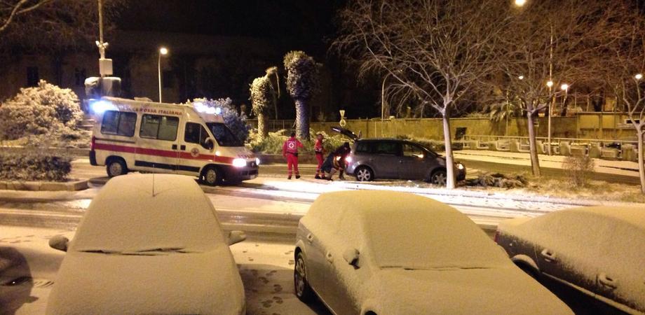 Bufera di neve nella notte a Caltanissetta. Troupe Rai impantanata con l'auto, salvata da volontari Cri