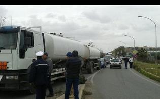 http://www.seguonews.it/gela-i-lavoratori-bloccano-la-raffineria-la-protesta-non-si-ferma-oggi-vertice-con-crocetta-e-sindacati-a-palermo