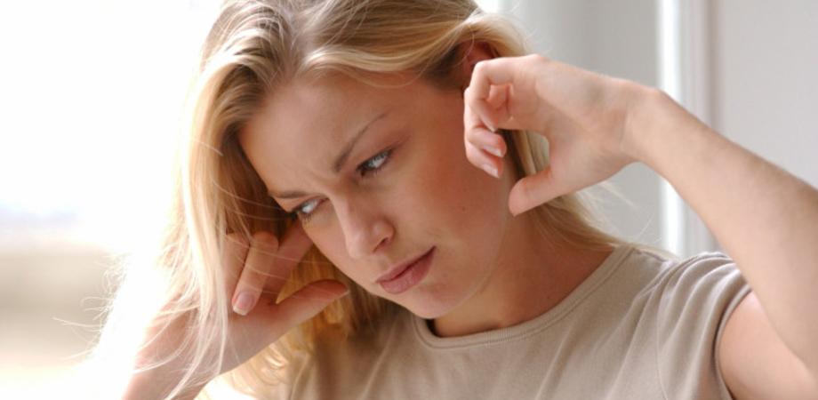 """Uno strano ronzio all'orecchio: la croce rossa spiega cosa si intende per """"acufene"""""""