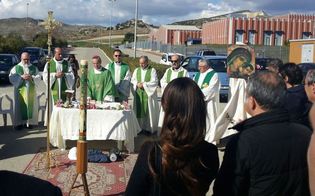 https://www.seguonews.it/vertenza-eni-a-gela-la-chiesa-sta-con-gli-operai-il-vescovo-celebra-messa-tra-i-blocchi