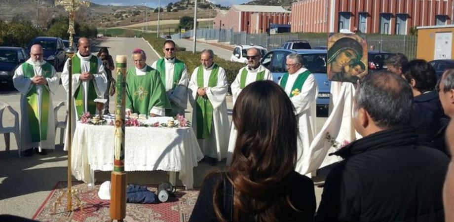 Vertenza Eni a Gela, la Chiesa sta con gli operai. Il vescovo celebra Messa tra i blocchi