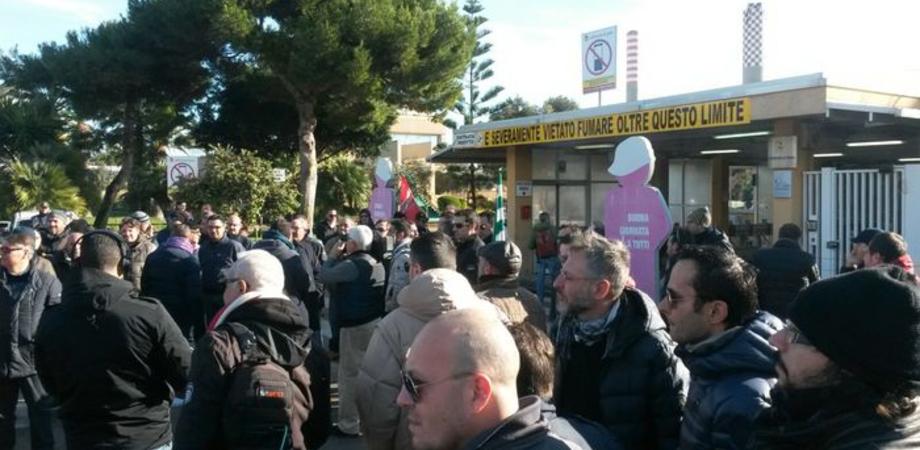La crociata degli operai di Gela. Migliaia in piazza per chiedere di salvare i posti di lavoro