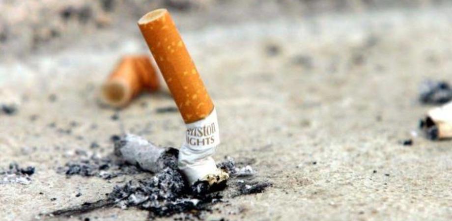 Dal 2 febbraio multe per chi getta i mozziconi di sigaretta. Pagherà fino a 300 euro chi imbratta il suolo pubblico