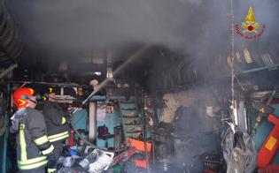 https://www.seguonews.it/la-malavita-colpisce-duro-a-niscemi-incendiata-officina-fiamme-danneggiano-cinque-auto-da-riparare