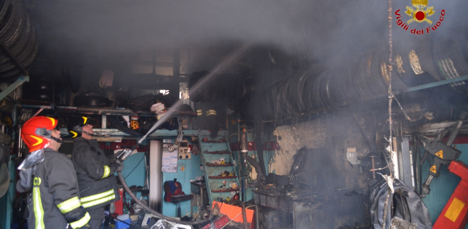 La malavita colpisce duro a Niscemi. Incendiata officina, fiamme danneggiano cinque auto da riparare