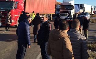 https://www.seguonews.it/a-gela-sale-tensione-citta-paralizzata-no-stop-della-protesta-dei-lavoratori-appello-al-premier-renzi