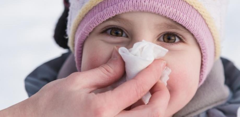 Come gestire il raffreddore dei piccoli: dalla Croce Rossa sintomi e rimedi