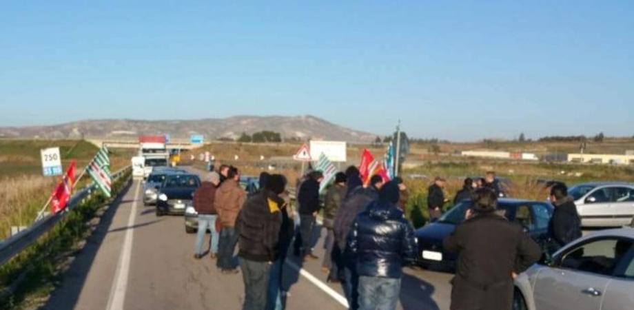 Vertenza Eni, a Gela gli operai bloccano la statale. Presìdi davanti la 626 e al Municipio