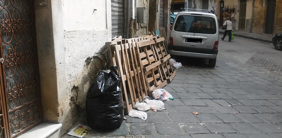 """Pedane e rifiuti abbandonati al mercato Strata 'a Foglia. I residenti denunciano: """"Telecamere contro gli sporcaccioni"""""""