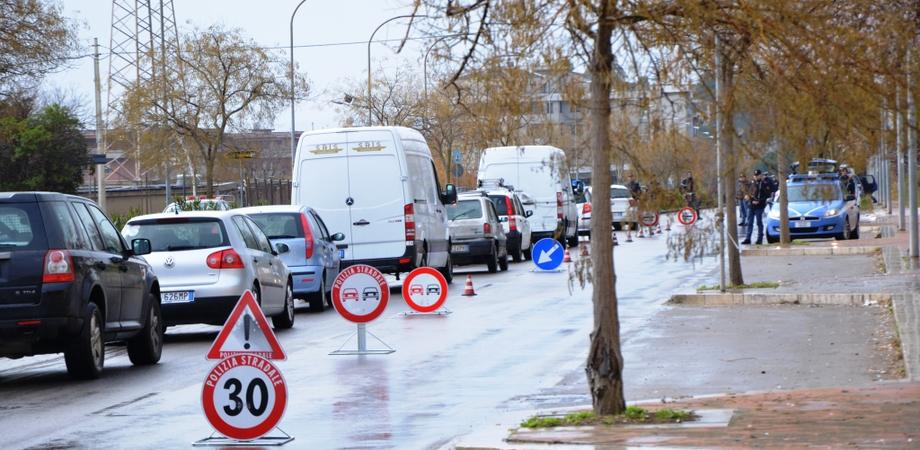 Caltanissetta sicura. Maxi posto di blocco in via Rochester, la Polizia controlla centinaia di persone e veicoli