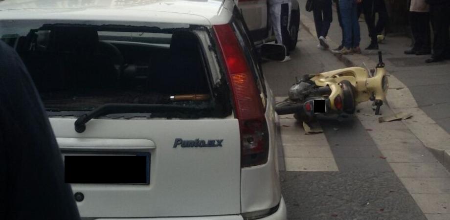 Caltanissetta. Scooter piomba contro auto, giovane ferito. Tragedia sfiorata in corso Vittorio Emanuele