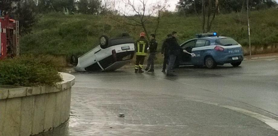 Viale Costa, asfalto viscido: automobile si ribalta, anziano ferito ricoverato al Sant'Elia