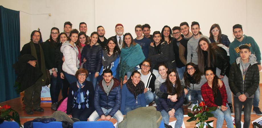 """Moni Ovadia incontra gli studenti del Rapisardi. """"Coltivate la memoria per sapere chi siamo"""""""