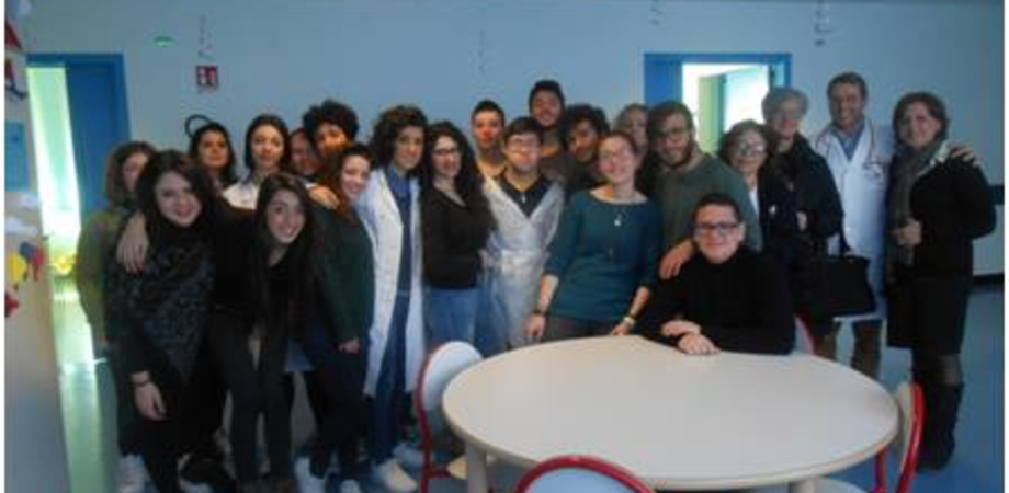 """Caltanissetta. I colori invadono la Pediatria dell'ospedale: esperienza per gli studenti del Liceo d'arte """"Juvara"""""""