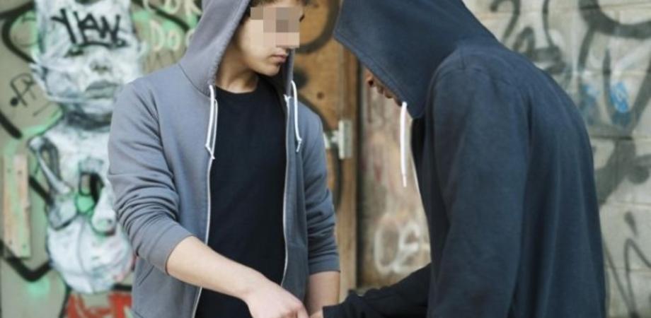 """Lotta allo spaccio. Minorenne nisseno sorpreso a cedere droga: bloccato dalla Polizia insieme al """"cliente"""""""
