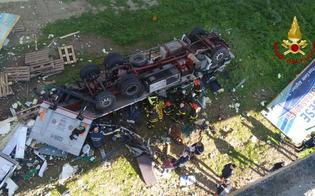 http://www.seguonews.it/tir-giu-dal-cavalcavia-sulla-a19-pa-ct-il-conducente-di-22-anni-muore-schiacciato-si-cercano-altre-persone