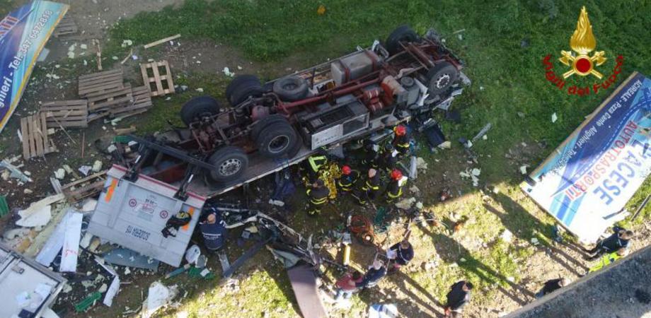 Incidente sulla Ss 626. Tir precipita dal viadotto alle porte di Caltanissetta: muore autotrasportatore