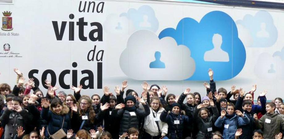 """""""Una vita da social"""". Il camion della Polizia Postale fa tappa a San Cataldo: i pericoli del web spiegati agli studenti"""