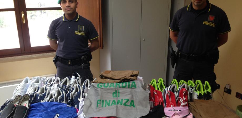 Abbigliamento e Cd contraffatti sequestrati a Caltanissetta. La Guardia di finanza denuncia ambulanti stranieri