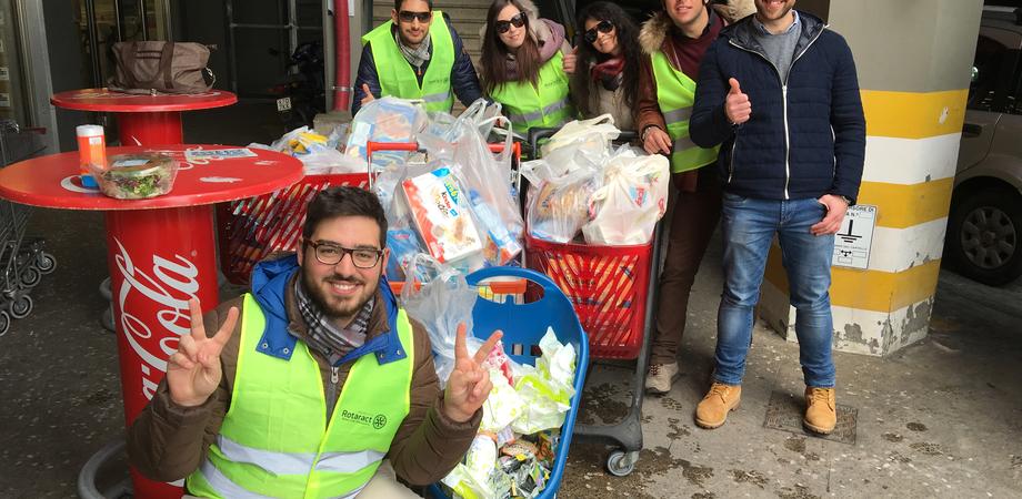 Colletta alimentare, in campo giovani del Rotaract. Prodotti donati alla parrocchia Sant'Agata