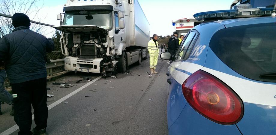 """Frontale sul viadotto """"Pantano"""", auto piomba su tir: ferito gravemente il conducente"""