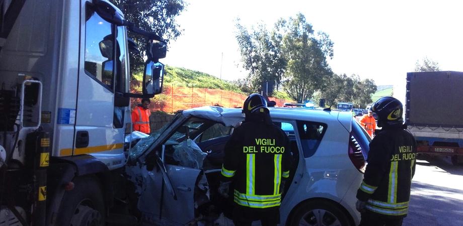 Scontro sulla Ss 640, grave anziano automobilista dopo schianto contro camion