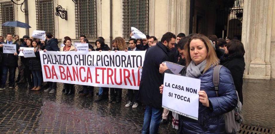 """""""La prima casa non si tocca"""". Azzurra Cancelleri e altri parlamentari M5S protestano davanti Palazzo Chigi"""