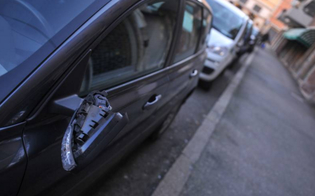 http://www.seguonews.it/raid-vandalico-su-decine-di-auto-a-caltanissetta-distrutti-gli-specchietti-balordi-in-azione-in-via-maddalena-calafato