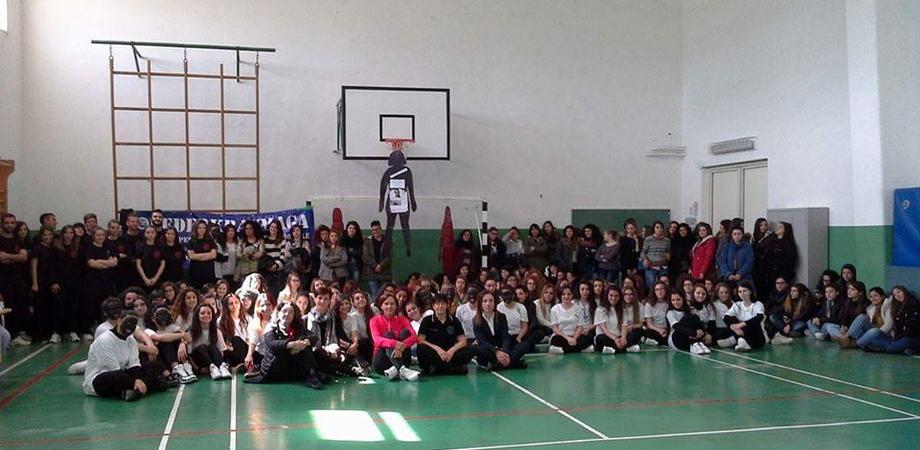 """Stop alle violenze sulle donne, le studentesse del """"Di Rocco"""" dalla parte delle vittime. Un flash mob contro ogni forma di sopruso"""