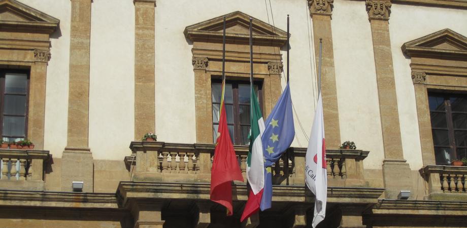 """Strage di Bruxelles, bandiere a mezz'asta al Municipio di Caltanissetta. """"Vicini al dolore del popolo belga"""""""