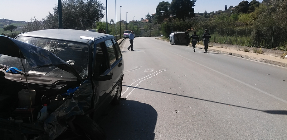 Scontro sulla Caltanissetta-San Cataldo, auto si ribalta: anziano in prognosi riservata