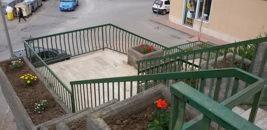 San Luca, scalinata ripulita da residenti e commercianti. Piantati fiori e rimosse le erbacce
