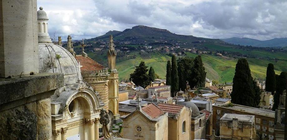 Caltanissetta, nuovo raid dei ladri al cimitero Angeli: presa d'assalto una cappella gentilizia