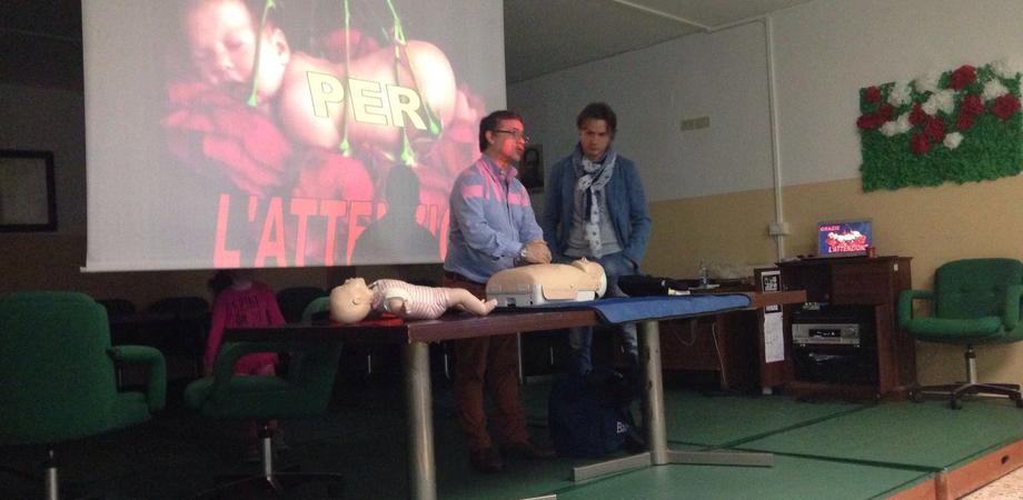 Uso del defibrillatore e soccorso ai bambini. Personale del 118 istruisce insegnanti e genitori
