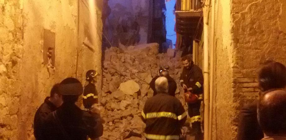 Provvidenza, crolla palazzina in via Firenze. Paura tra i residenti, non ci sono feriti