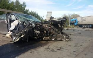 http://www.seguonews.it/caltanissetta-autotreno-travolge-tre-auto-sulla-640-quattro-feriti-uno-e-grave