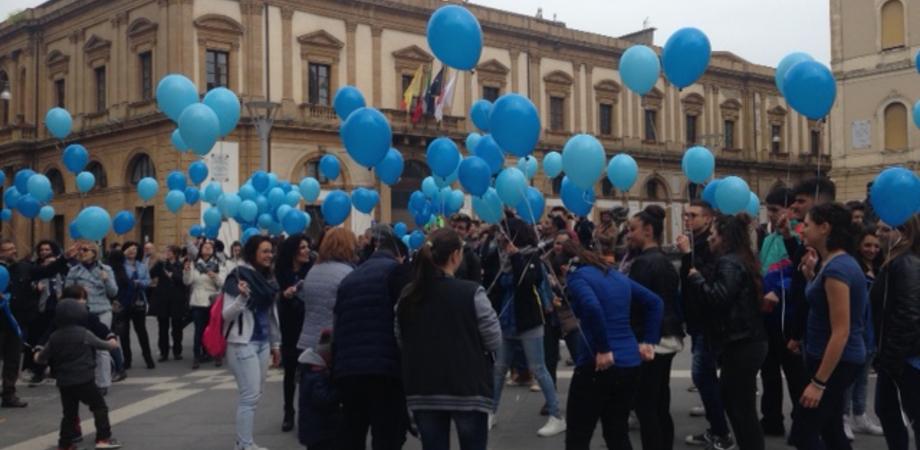 """Giornata mondiale dell'autismo, piazza Garibaldi si tinge di blu. Flash mob degli studenti dell'Istituto """"Di Rocco"""""""