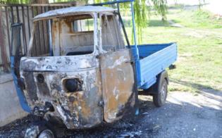 http://www.seguonews.it/alba-di-fuoco-nel-quartiere-stazzone-va-a-fuoco-motoape-di-operaio-aperta-indagine