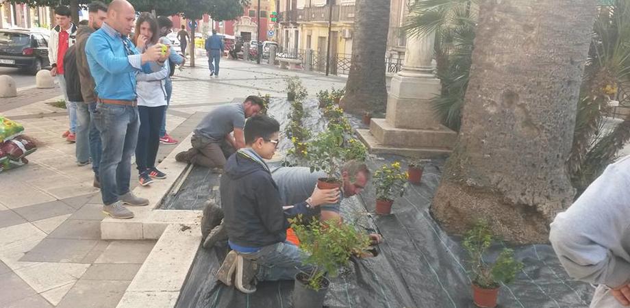 """Prove """"antidegrado"""" in piazza Tripisciano. Studenti dell'Agrario piantano i fiori"""