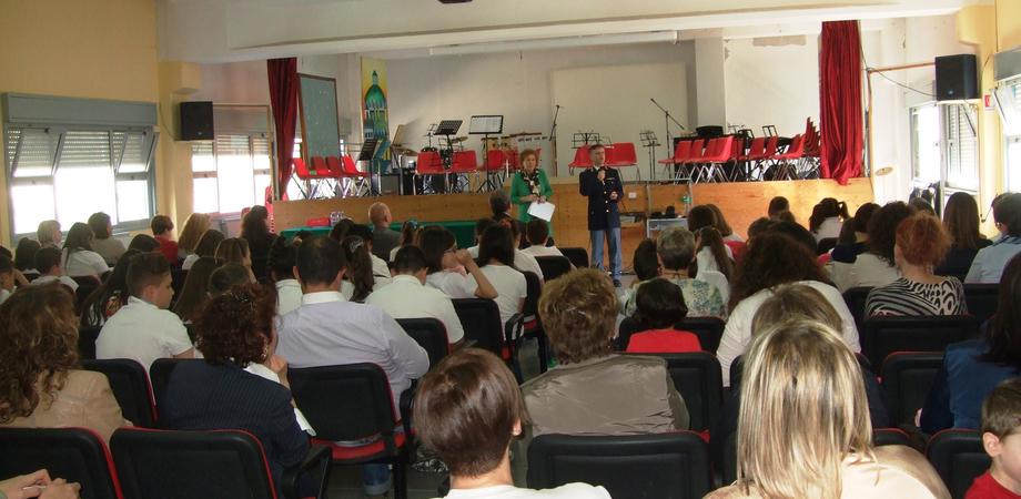 """Percorsi di legalità. La Polizia fa tappa alla scuola """"Puglisi"""" di Serradifalco: incontro con genitori e alunni"""