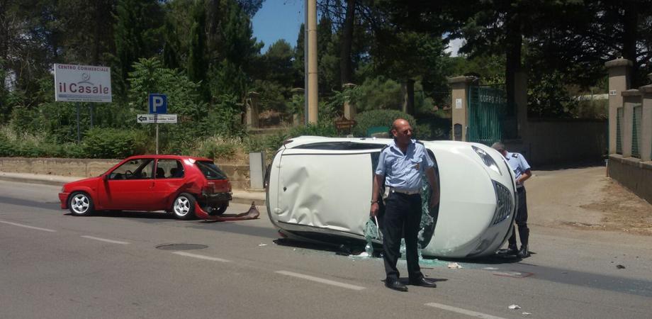 Schianto in viale Monaco, auto si ribalta: donna ferita ricoverata in ospedale