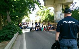 Audizioni in ritardo, richiedenti asilo bloccano Sp5 a Caltanissetta. Lunga trattativa con le forze dell'ordine