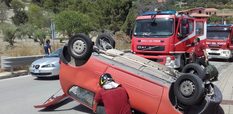 """Incidente stradale in via Due Fontane. Auto si ribalta: donna ferita ricoverata al """"Sant'Elia"""""""