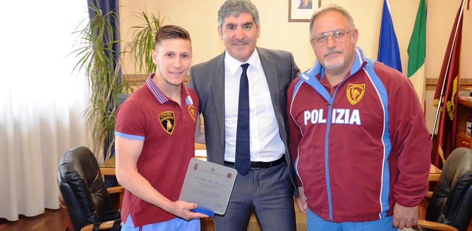 Mirco Scarantino, stella dello Sport nisseno. Il Questore di Caltanissetta premia il campione di pesi